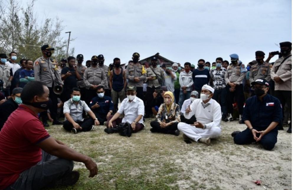 Wakil Ketua Komisi IV DPR RI Dedi Mulyadi (Ke dua dari kanan) saat memimpin Tim Kunjungan Kerja Spesifik Komisi IV DPR RI ke Pantai Matras, Sungailiat, Bangka, Babel. Atas Pengaduan LKPI. Jumat (27/11/2020)